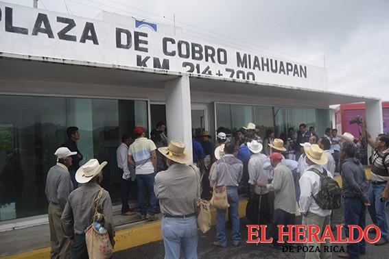Campesinos presionan a SCT