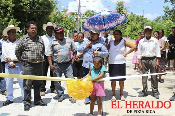 Inaugura Alcaldesa más de 1000 metros de pavimento en San Isidro