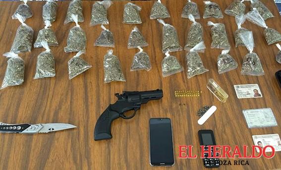 Capturan a dos con arma, droga y auto robado