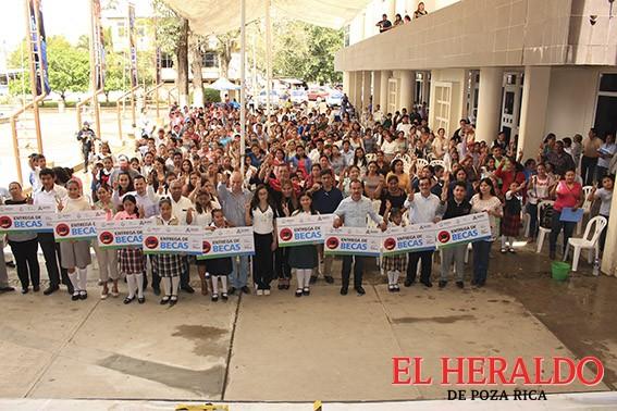 Reciben becas ciento treinta alumnos