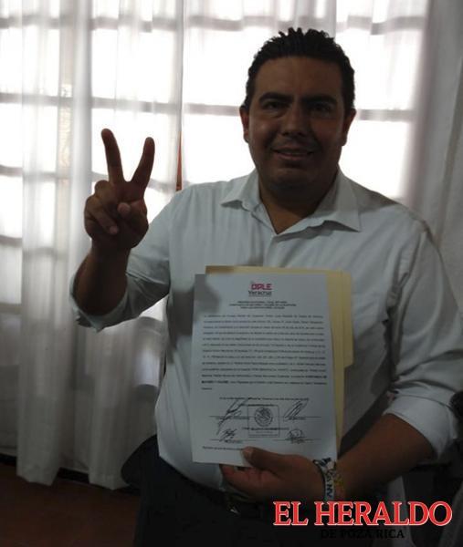 Serna Barajas recibe constancia de mayoría
