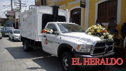 Entregó Pemex camión compactador de basura