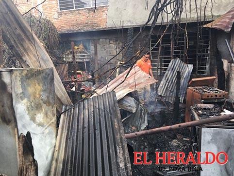 Veladora quema su casa
