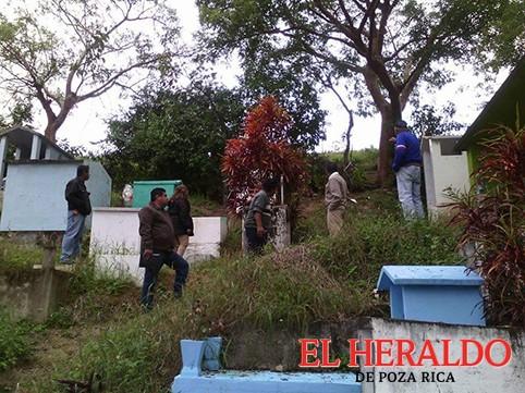 Limpia en el cementerio