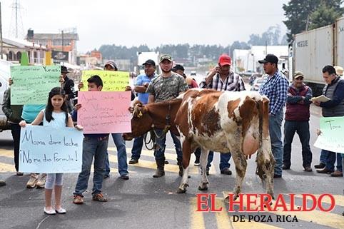 Lecheros bloquean carretera a Perote