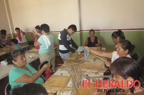 Inicia taller de artesanía de lirio acuático y bisutería