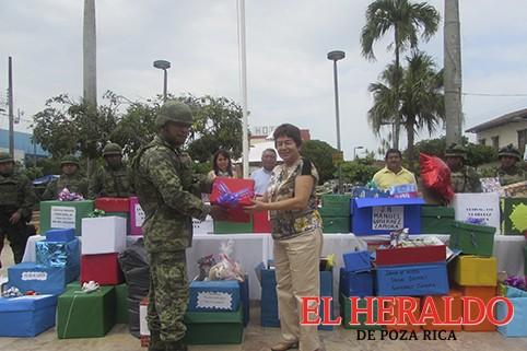 Entregan presentes al Ejército Mexicano