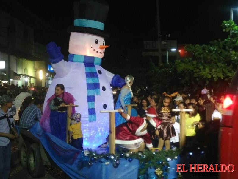 Con desfile zamoreños recibe las fiestas navideñas
