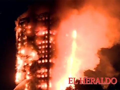 Se incendia torre de departamentos en Londres