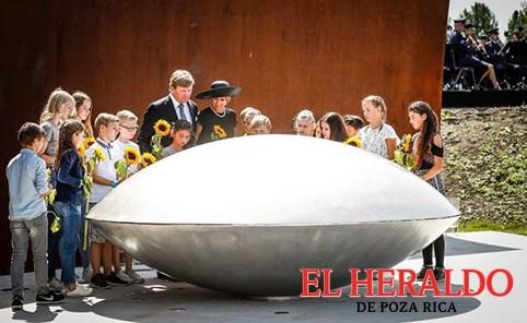 Inauguran monumento en honor a víctimas del vuelo MH17
