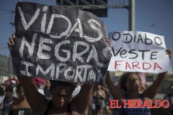 Marchan en favela del Río