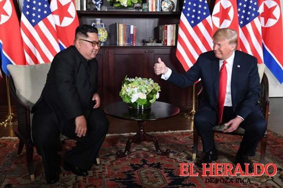 Histórico apretón de manos de Trump y Kim Jong