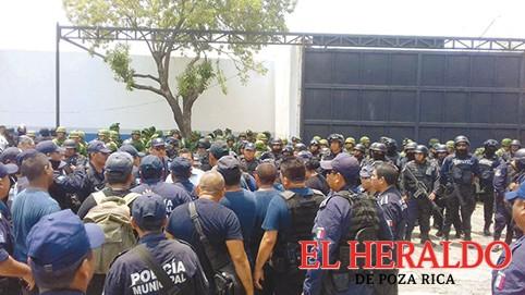 Policías detenidos declaran en delegación de PGR