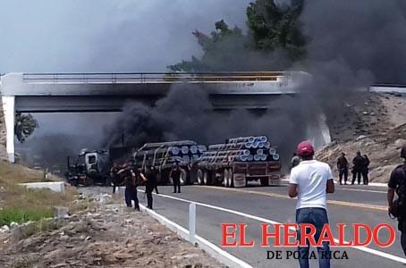 Delincuentes incendian vehículos