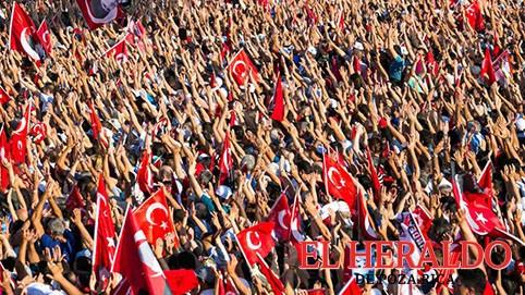 """llenan Taksim """"contra los golpes y la dictadura"""""""