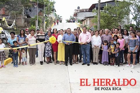 Pavimentan dos calles en Totolapa