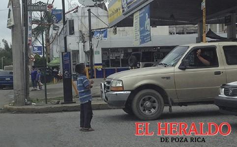 Niños pasan vacaciones trabajando en las calles