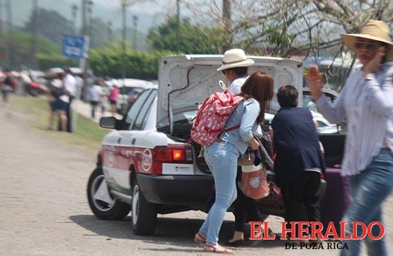 """Taxistas hacen """"su agosto"""""""