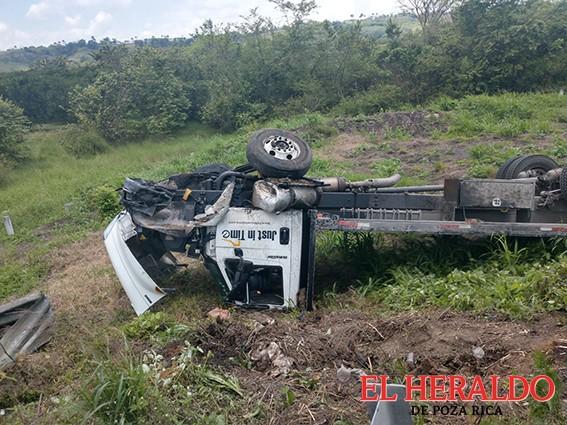 Camión volcado en la autopista