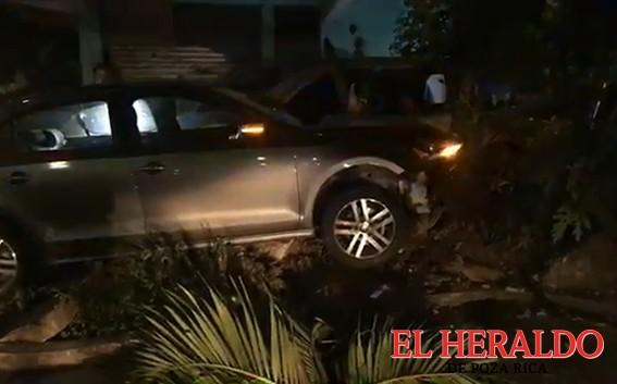 Alcoholizada destroza dos camionetas en la Laredo
