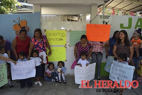 Protestan padres de familia de un kinder