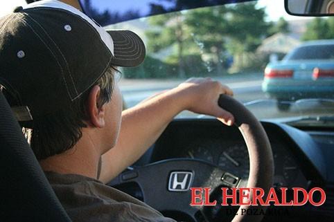 Estudiantes aprenden a conducir