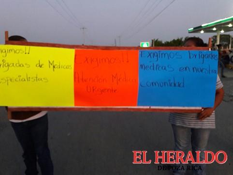 Bloquean carretera habitantes de Coxquihui