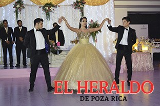 Carmen Hernández Leal celebra sus XV años