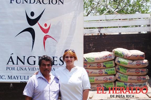 Entrega Miyuli cemento a la primaria de Hueytepec