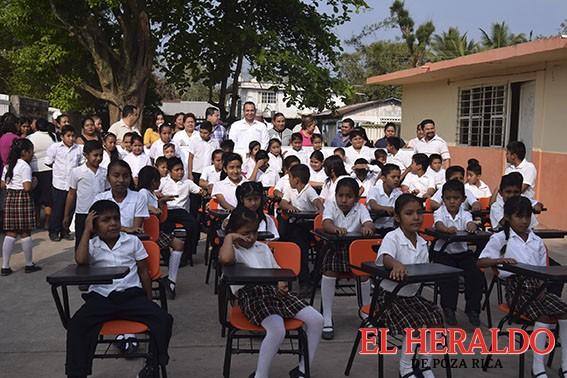 Entregan apoyos educativos en El Mamey