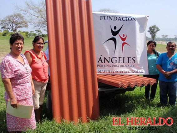 Entrega Miyuli Ortega laminas en Cañada Rica