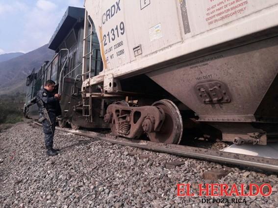 Piratas descarrilan tren para robarlo