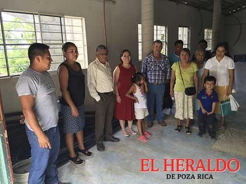 Entrega Mariela Tovar materia de construcción a organización