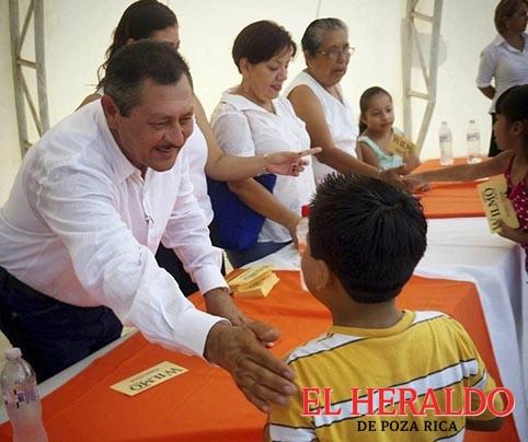 Wilman Monje entrega becas