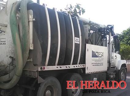 Limpian drenajes con apoyo de camión vactor
