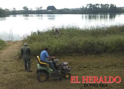 Limpiando la orilla del río