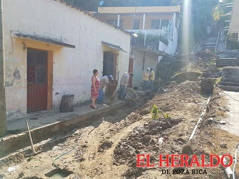 Avanza rehabilitación de la calle De la Cruz